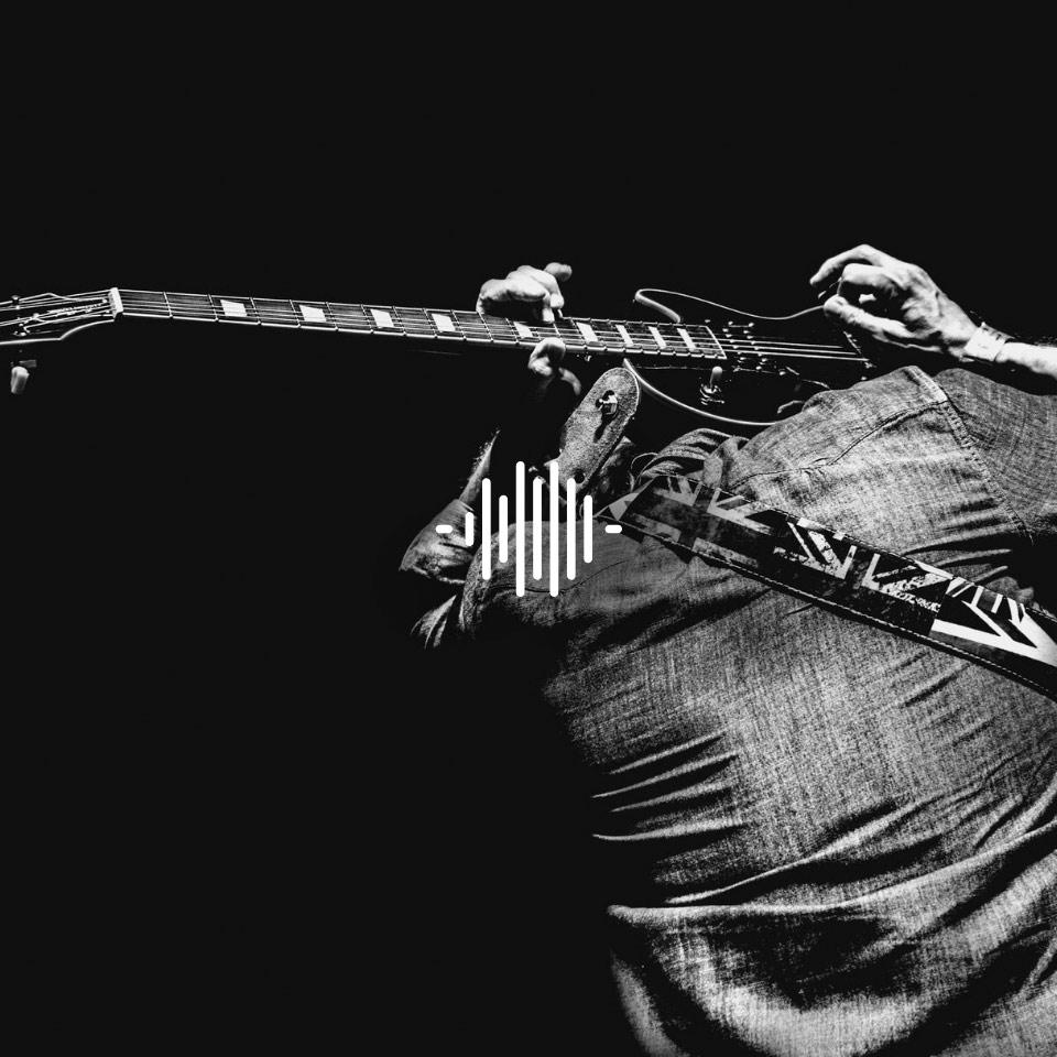 Gitarrist einer Band mit seiner Gitarre – mit seinen HEAROS In Ears kann er sich ganz auf sich selbst und seinen Sound konzentrieren!