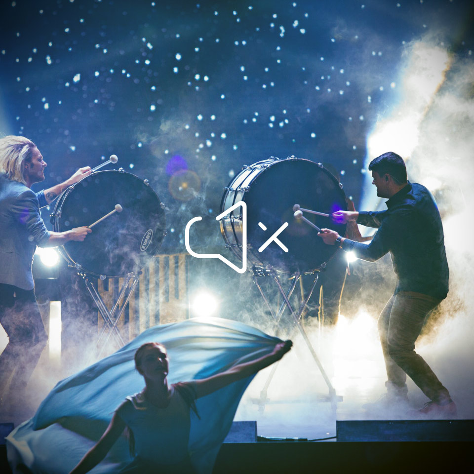 Trommler auf der Bühne bei Live-Auftritt – mit HEAROS In Ears bleiben die Ohren dennoch gut geschützt.