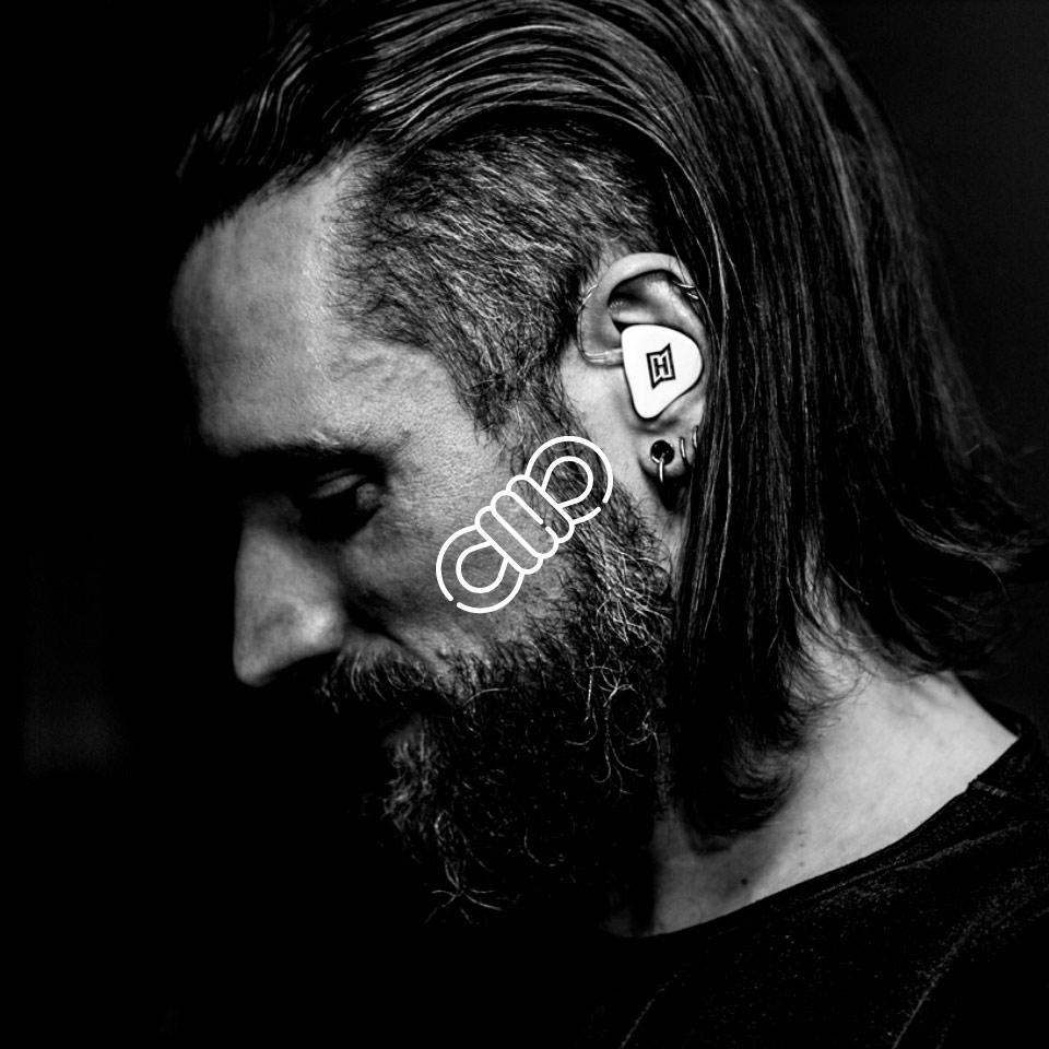 Bei diesem Musiker kann man sehen, dass HEAROS In Ears passgenau gefertigt sind und dass jeder Kopfhörer nur für ein Ohr bestimmt ist.