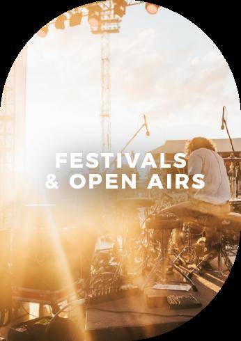 Band rockt auf der Bühne bei Open Air Konzert auf dem Festival.
