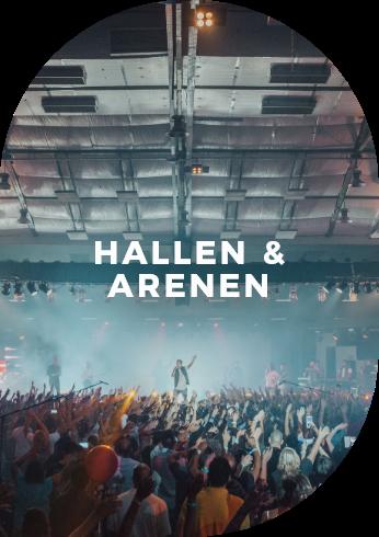 Band rockt auf der Bühne bei Live-Konzert in der Halle.