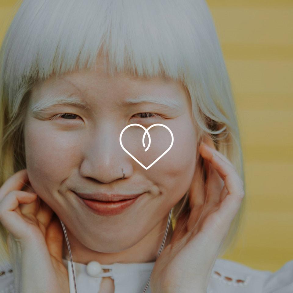 Diese junge Frau ist glücklich mit ihren HEAROS, die so individuell sind wie sie selbst – maßgefertigt und im eigenen Look!