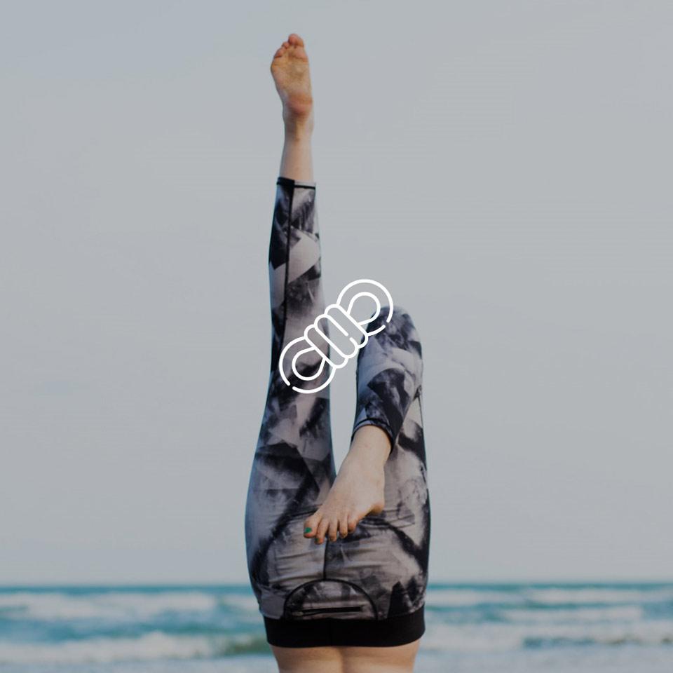 Kopfstand bei Yoga am Meer – HEAROS sind maßgefertigt und individuell an jedes Ohr angepasst und fallen somit nicht heraus.