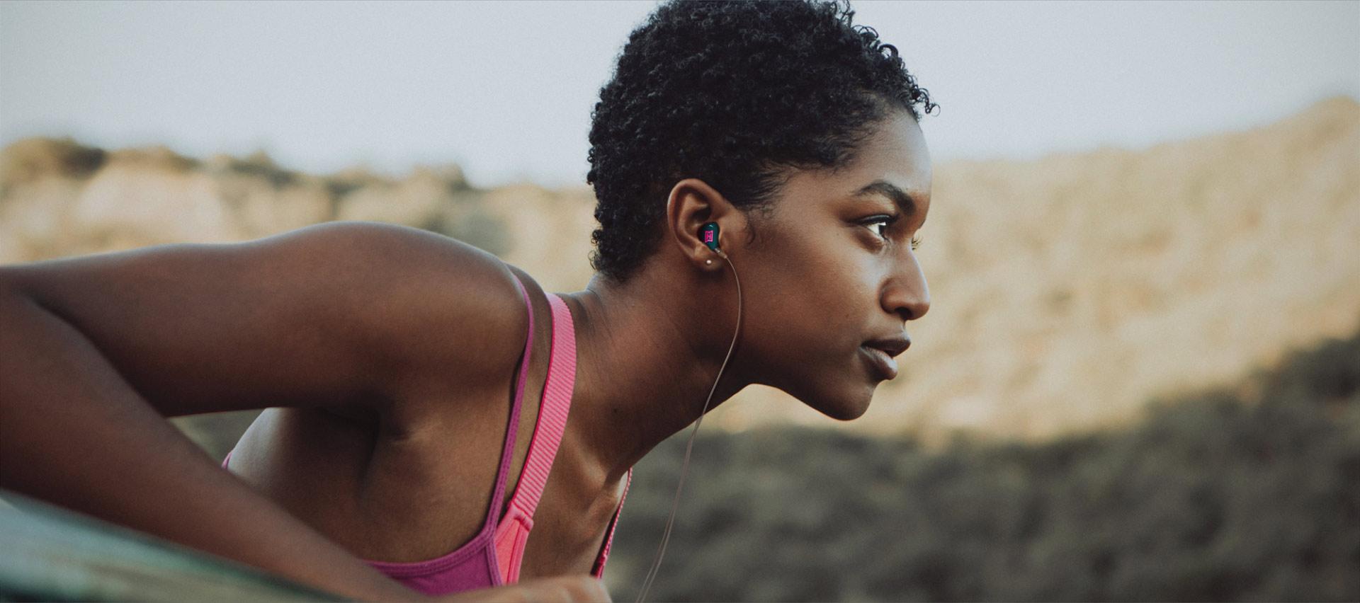 Diese Joggerin nutzt den HEAROS Boom 2, der sich perfekt für Sport und Freizeit eignet – kein Herausfallen oder Verrutschen dank individueller Anpassung an deine Ohren.