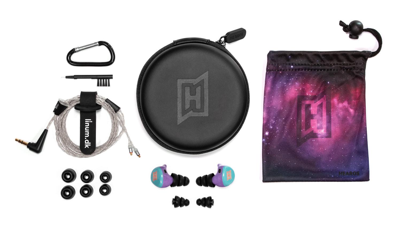 Im Lieferumfang des HEAROS Pro 2 unifit enthalten sind die In Ears mit Spezial-Silikontips (2 Größen) und Schaumstofftips (3 Größen), ein Estron Linum G2 SuperBaX Kabel, ein Microfaser-Beutel, ein Softcase, ein Karabinerhaken und ein Reinigungstool.