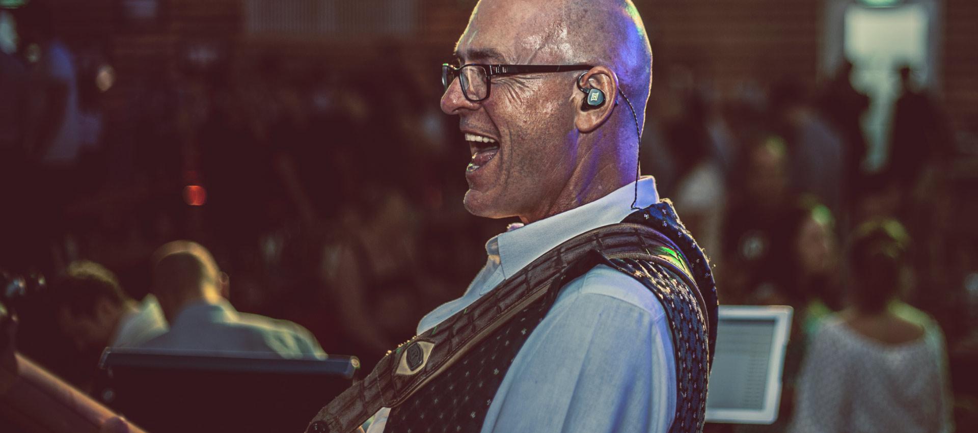 Der Gitarrist und Sänger dieser Band rockt mit seinen HEAROS PRO 2 unifit die Bühne – so macht professionelles In Ear Monitoring Spaß!