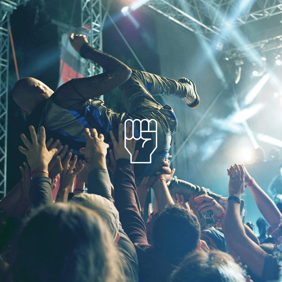 HEAROS machen die wildesten Auftritte mit, wie zum Beispiel Stage-Diving bei dieser Band!