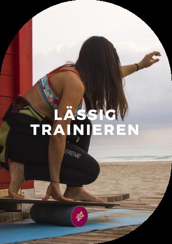 Diese junge Frau am Strand konzentriert sich ganz auf ihr Training – und genießt dabei ihren persönlichen Sound.