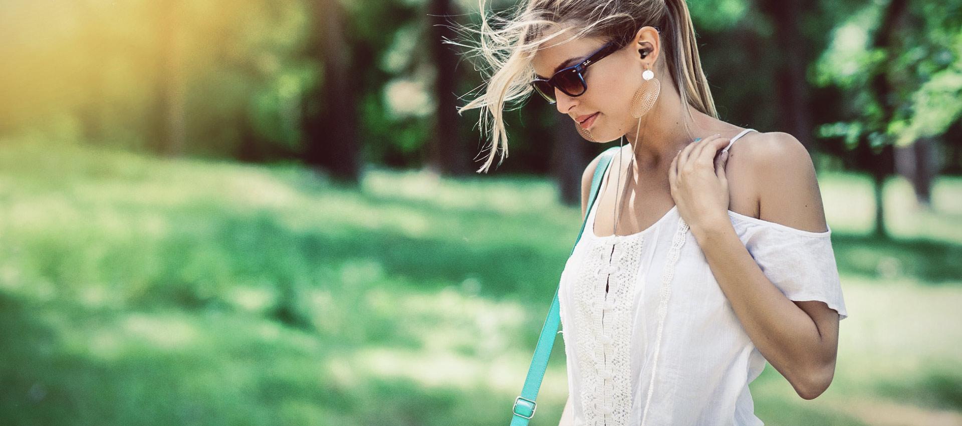 Diese junge Frau nutzt den HEAROS Bang 1, der sich perfekt für Sport und Freizeit eignet, bei einem entspannten Spaziergang – kein Herausfallen oder Verrutschen dank individueller Anpassung an deine Ohren.